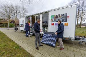 (C) Roel Dijkstra Fotografie / Foto Fred Libochant Rotterdam / WoonWijzerWagen waar geinteresseerde bewoners informatie kunnen krijgen over energiezuinig maken van de woning